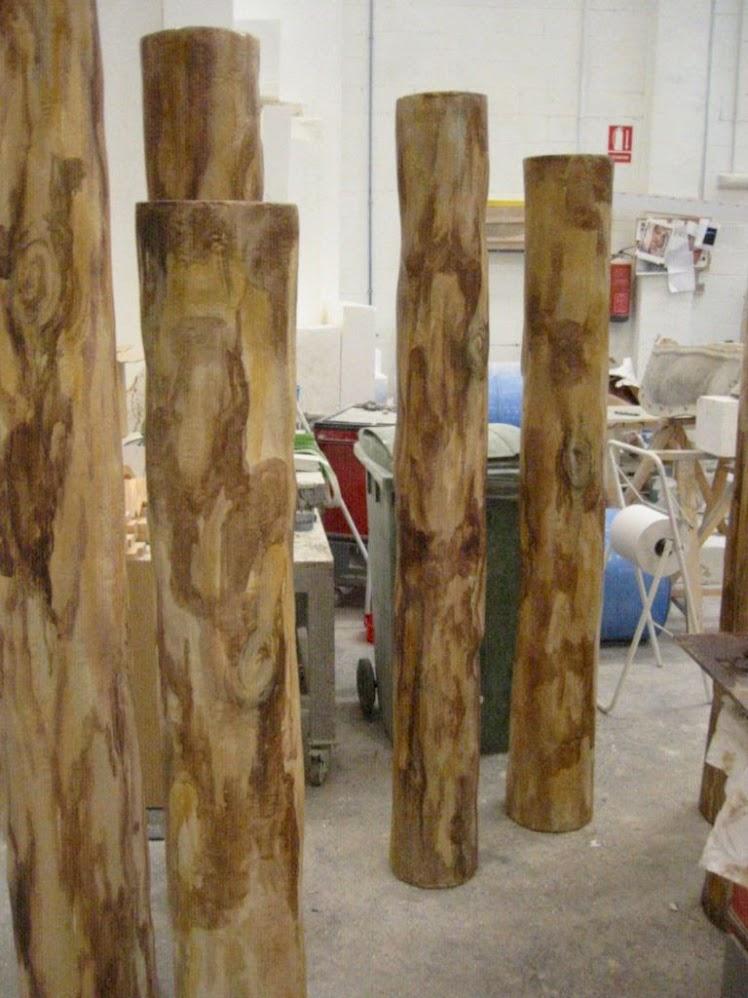 Bosque de Troncos (talla en poliespan pintura escenográfica), elementos cajeados para enmascarar columnas existentes en obra.
