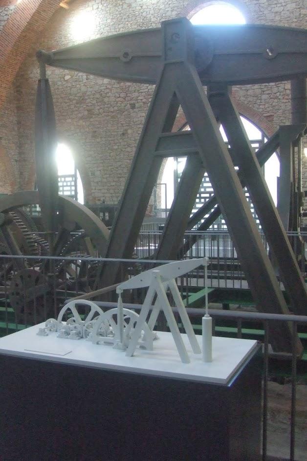 Museo de la MInería , Sabero, esta pequeña maqueta permite a los invidentes captar la forma de la maquinaria de Watt, reproducida al fondo a escla real.