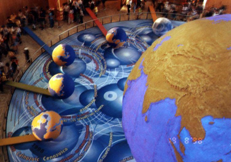 globo terráqueo de 5 metros de diametro, continentes y océanos en relieve topográfico, rodeado por globos 5 terráqueos de 180 cm de diametro,, mostrando las diferentes fases de evolución de nuestro planeta (Pangea etc.) continental drift, Expo 98, Lisboa