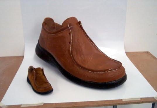 Ficticio gigante de Zapato, para escaparate. (el de la izquierda es el zapato a tamaño real, a la derecha el ficticio gigante)