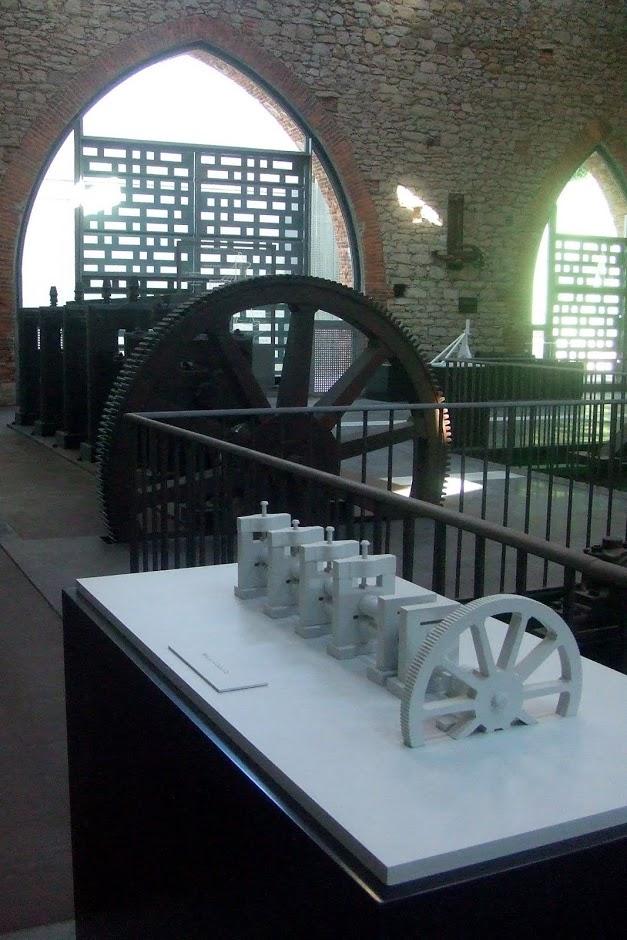 Modelo para invidentes y reconstrucción (atrás) de un tren de engranajes de la Maquina de Vapor de Watt, Museo de Sabero