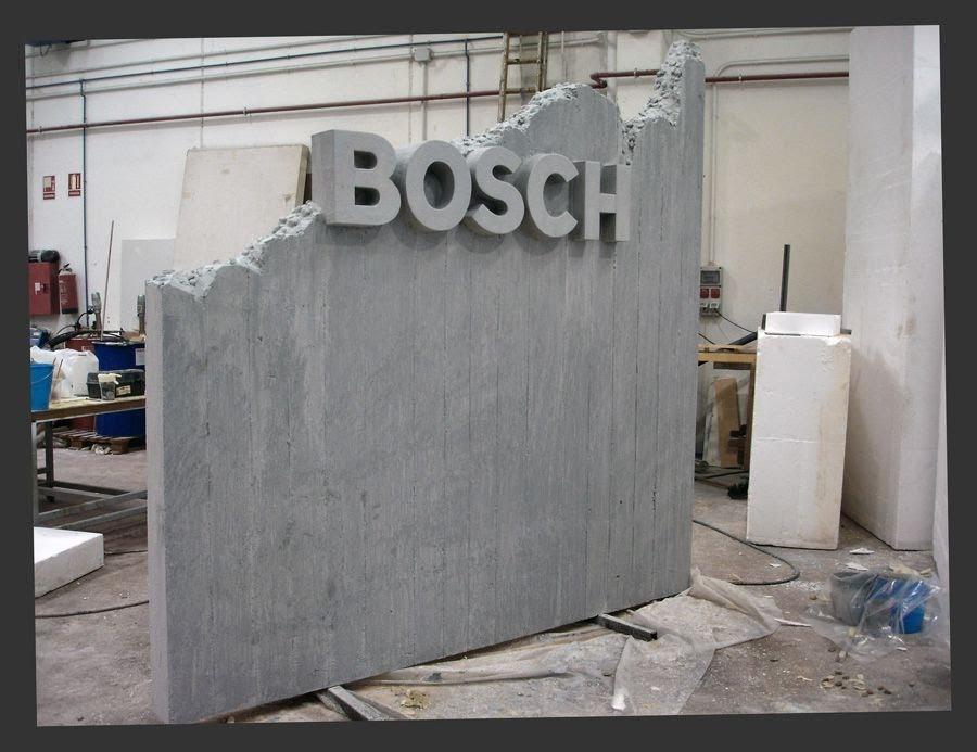 """Cartel para Stand de Bosch, pared de hormigín, ficticio, que permite mostrar herramientas de Bosch """"caladas"""" y sujetas en el, las Letras de logo se ven a dos caras."""