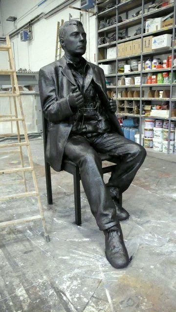 Terrorista Suicida, escultura gigante, expuesta en Arco, etc.