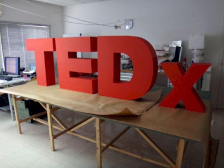 letras TEDx, corpóreo para escenario.