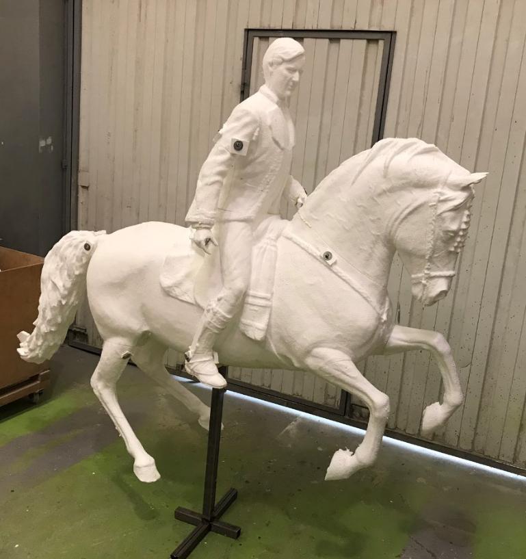 Estatua Equestre: Caballo - JInete, modelo tallado en poliespan, ampliación para fundición.