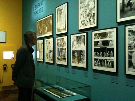 Schuitten visitant l'exposition des Cités Obscures à la BNF Paris