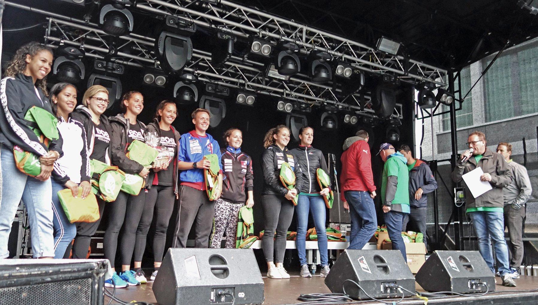 Irina Strebel und Martina Fontanive bei der Siegerehrung.