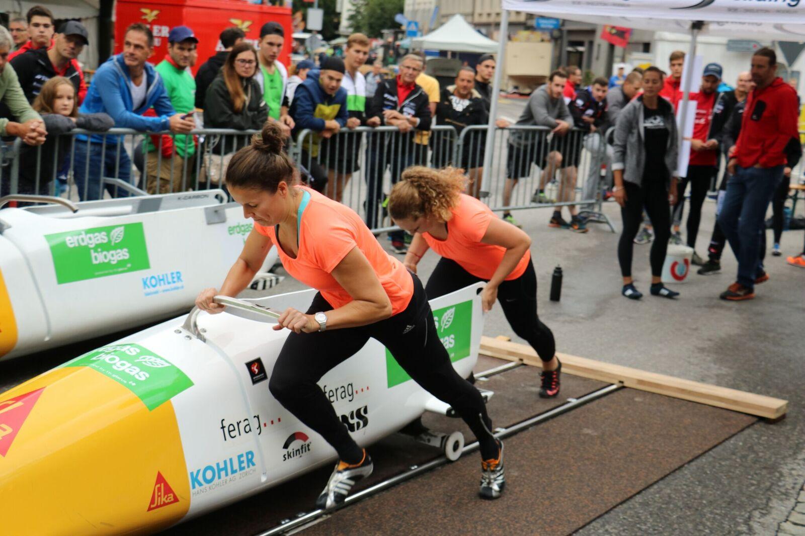 Martina Fontanive und Irina Strebel (hinten) geben auf der 50 Meter langen Bahn Vollgas.