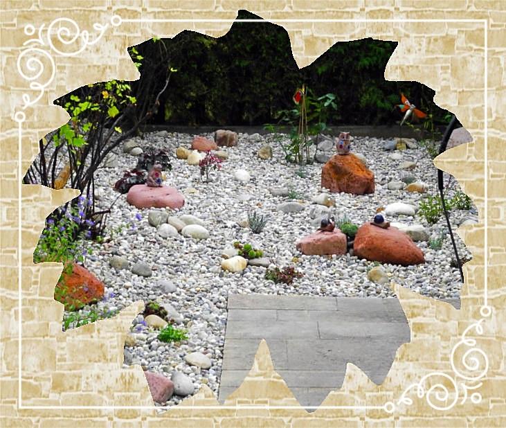 Steingarten mit Rundkies und Mainsandsteinfindlingen
