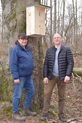 Elke Lindner (Rieperturm) und Jürgen Badtke von der Lemgoer BUND-Gruppe vor dem neuen Hornissenkasten auf dem Gelände des Rieperturm. Foto: BUND Lemgo