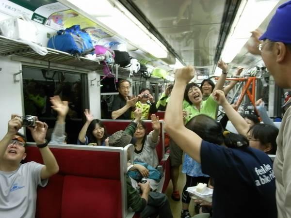 26 帰りの電車は2日間走った仲間で大盛り上がり皆たのしそうでしょ!