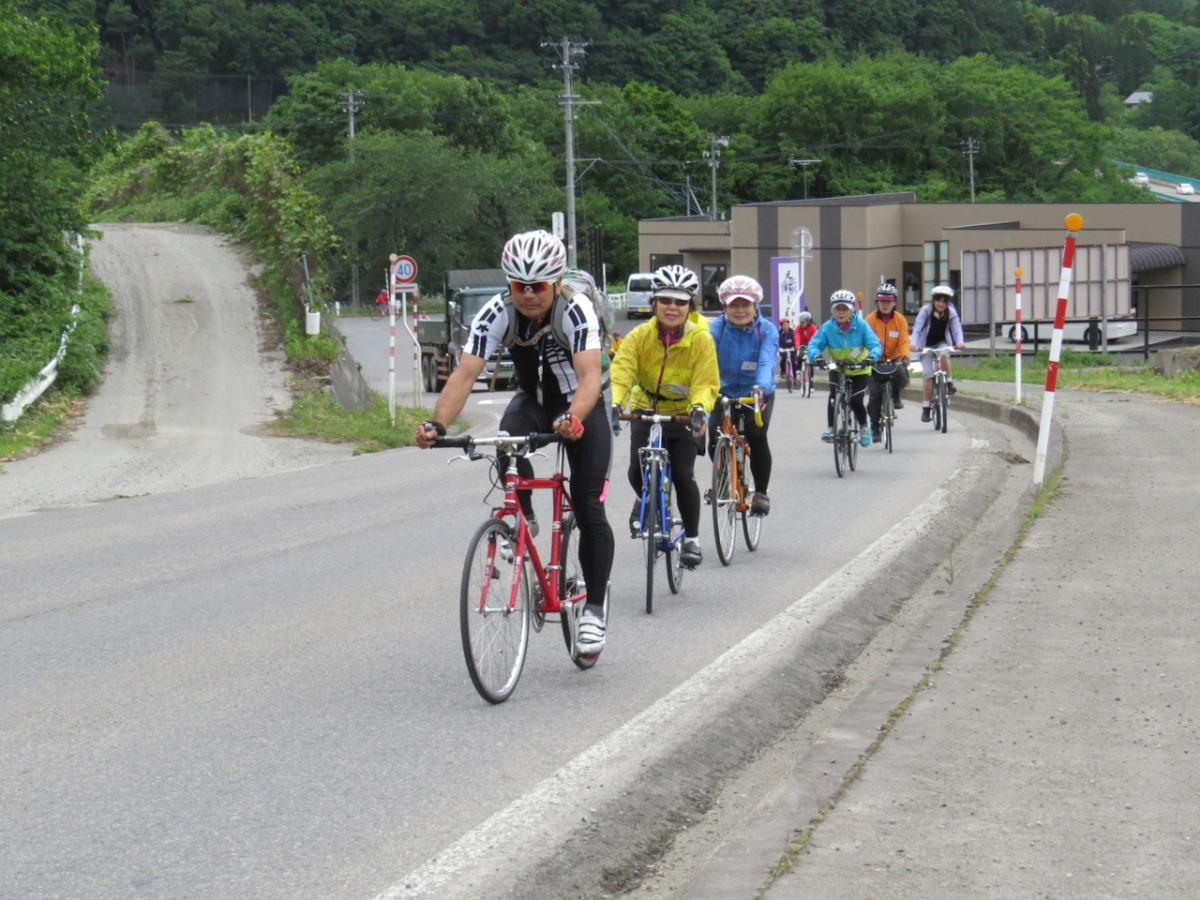 リーダーを先頭に会津の田舎道を走ります。