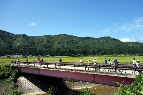 橋を渡り 田んぼの中の道に・・・