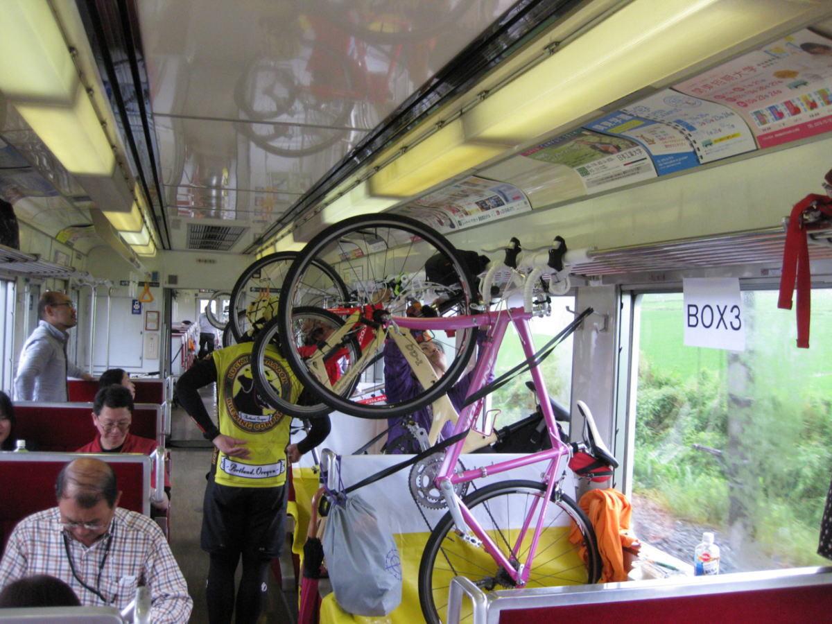 電車内に自転車を固定します。