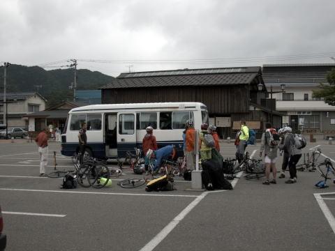 田島からは マイクロバスにて 只見を目指します 15名15台のバイクが乗ります。