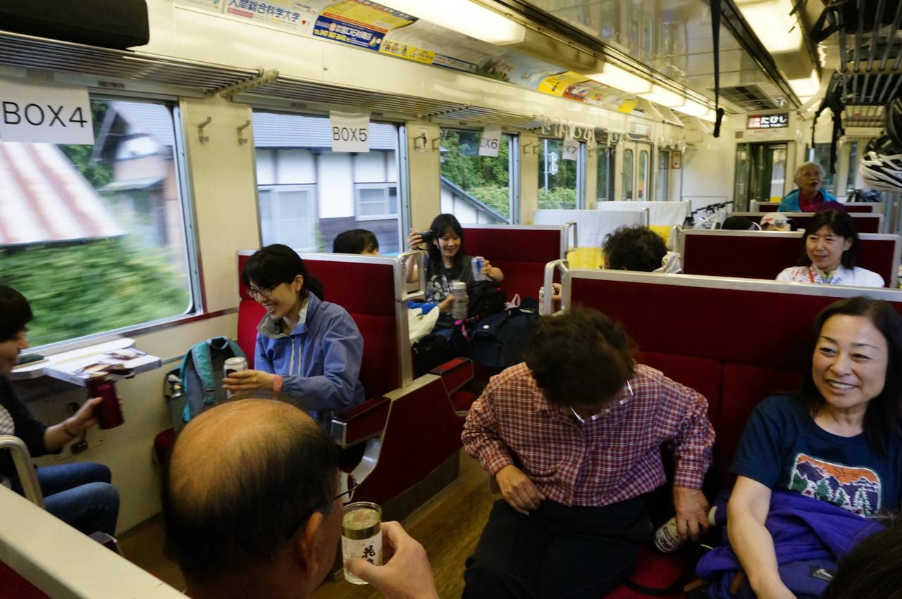 楽しかった2日間の思い出を肴に、列車は走っていきます。
