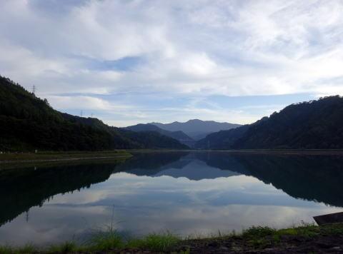 こんどは 時間まで 只見川沿いを登ります 只見ダムで大休止