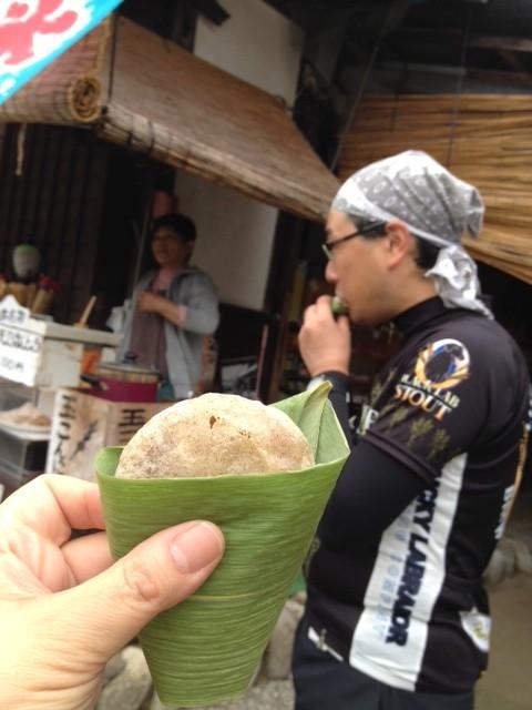 そんな景色よりもスイーツ。早速この地方のお菓子「天ぷら饅頭」をほおばる面々も。