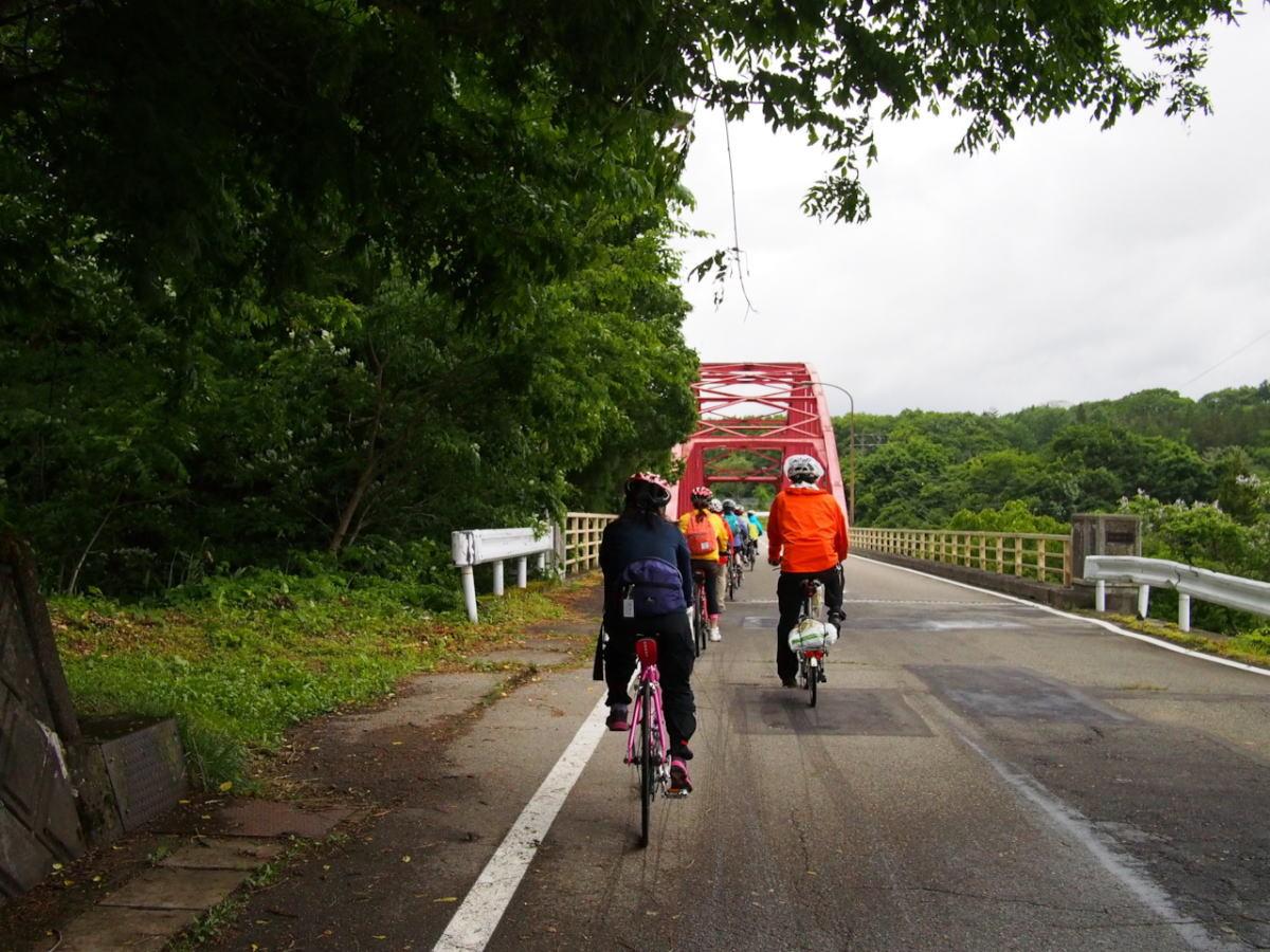 昨日は雨にふられた道を、逆にたどります。赤い可愛い橋ですね。