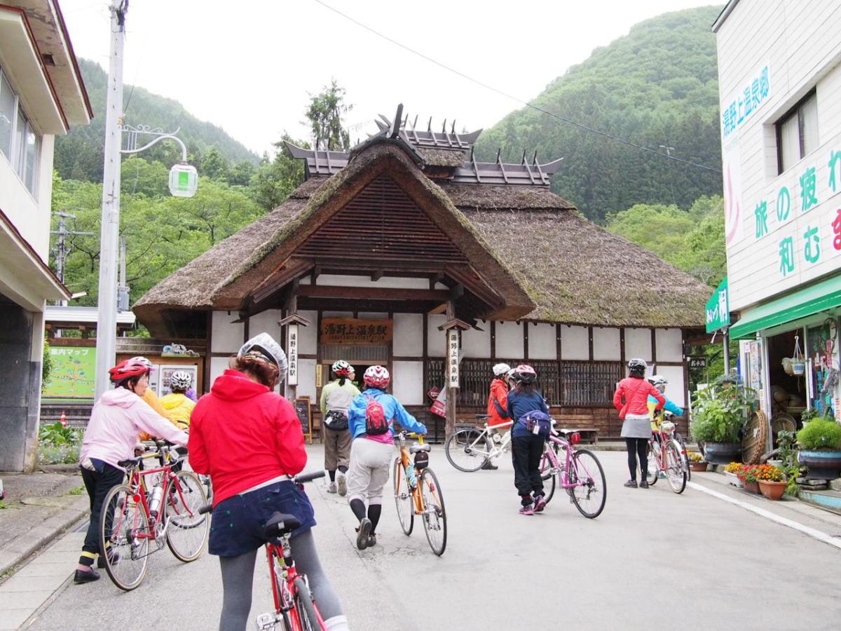 茅葺きの可愛い駅舎。湯野上温泉駅。すぐ隣には無料の足湯もあります。