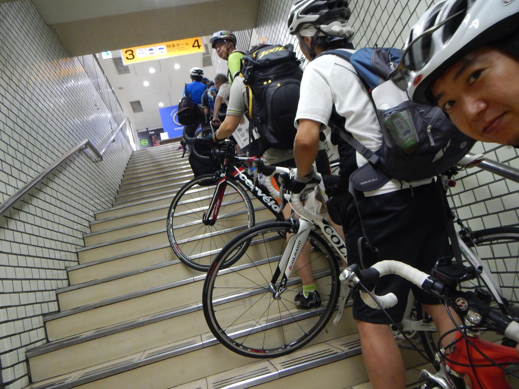 列車が入線するまで階段で待機