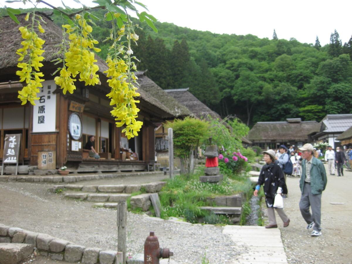 昔ながらの茅葺きの古民家が並ぶ町並み。