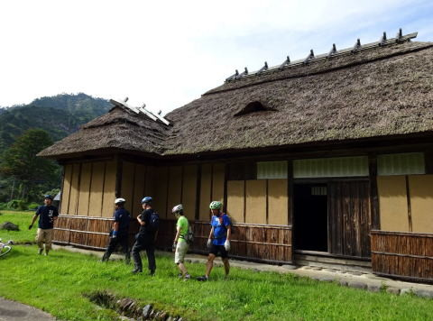 只見着 宿のますや旅館からいよいよのんびり走ります。叶津の旧五十嵐家古民家を訪ねます