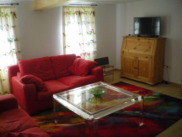 Das Wohnzimmer mit Fernseher und Musikanlage