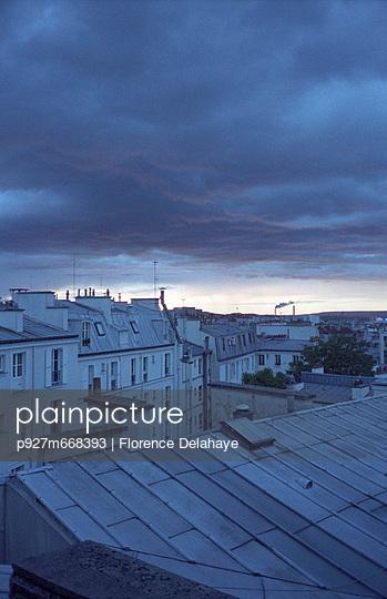 Toits de Paris . 6éme étage. Nord de Paris. Toits en zinc. Soir sur les toits de Paris.