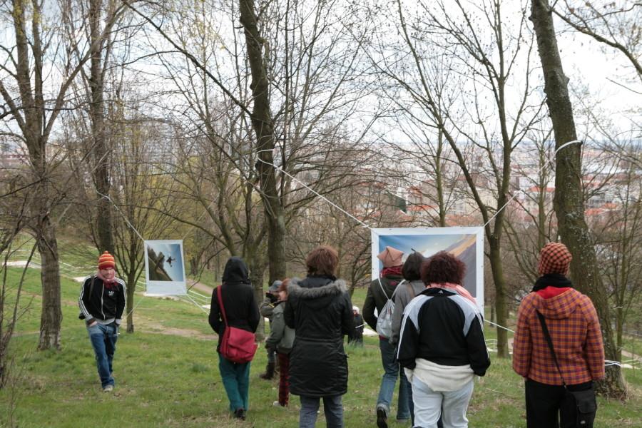 Parc Jean Moulin  - Les Guilands - Jour de l'inauguration, la fanfare Tzi Slav emmène le public à la découverte des photos dans le parc.