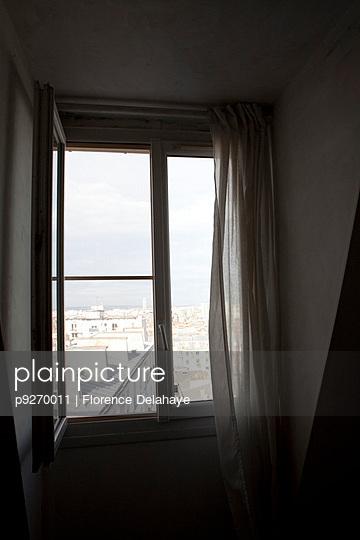 Fenêtre. Paris. 6éme étage. Rideau. Fenêtre ouverte.