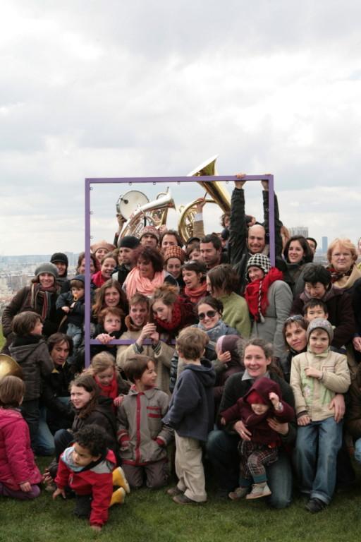 Parc Jean Moulin  - Les Guilands - Jour de l'inauguration, la fanfare Tzi Slav emmène le public à la découverte des photos dans le parc. C'est la prise de vue pour la dernière photo de l'exposition, tout le monde dans le cadre !