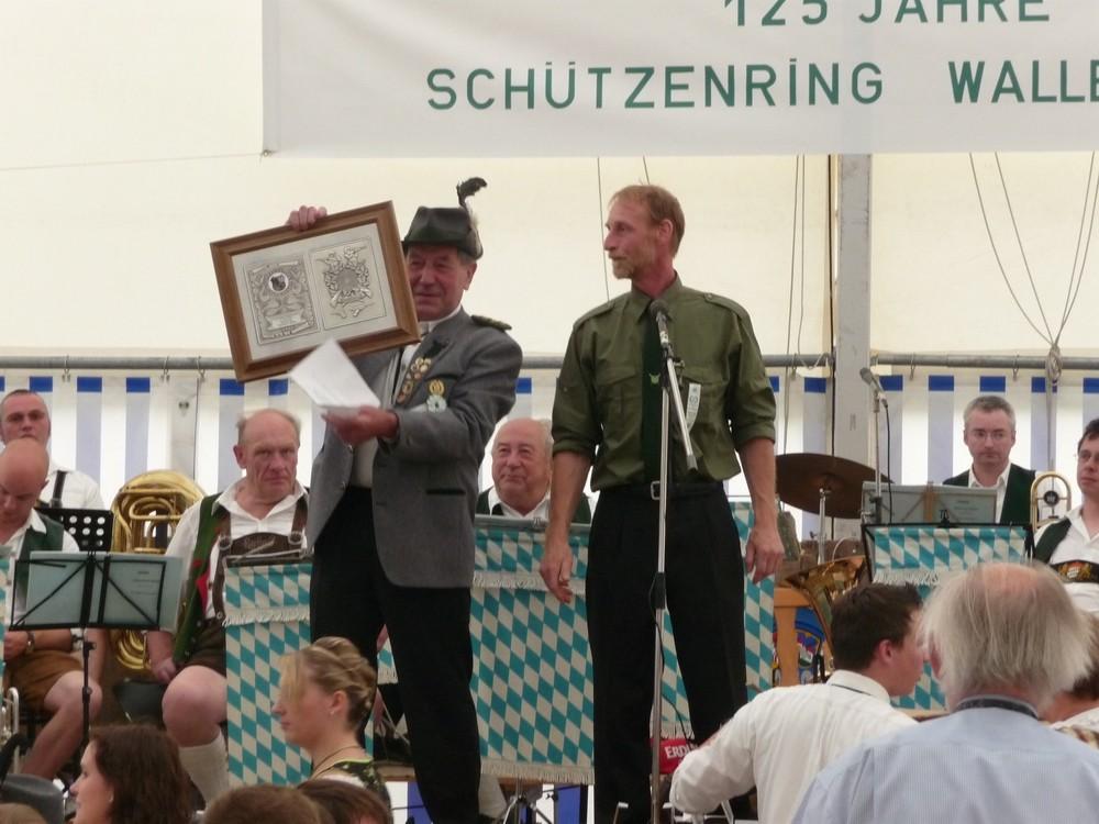 Die Übergabe des Erinnerungsgeschenks durch den 1. SM H. Kiesenbauer an den 1. SM G. Hornberger