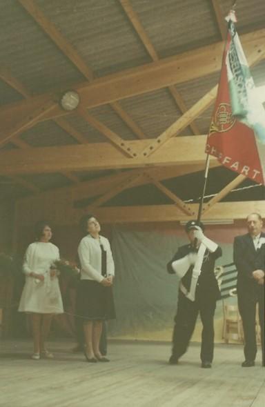 Voller Stolz durfte der Fähnrich, Paul Ruflin die neue Fahne das erste Mal schwingen.