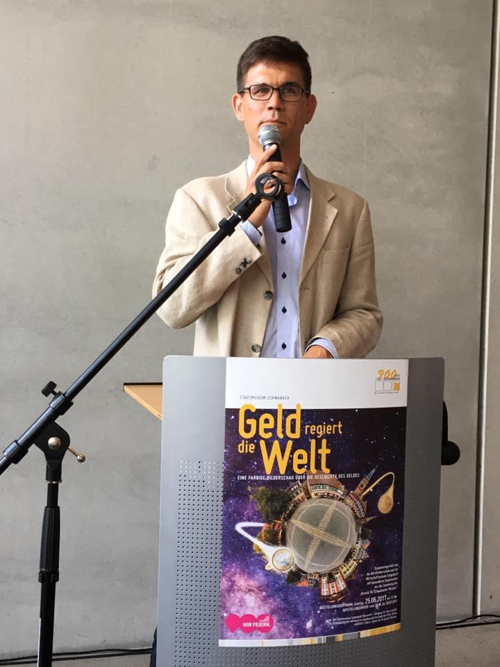 Museumsleiter Tobias Schmid begrüßt die Gäste