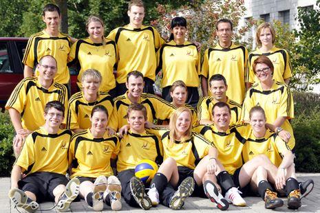 Die erfolgreichen Näfelser Volleyballer (Teams jeweils in einer Reihe)