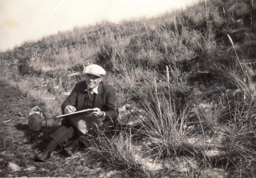 Erwin Bowien beim Malen in den Dünen bei Egmont, 1935