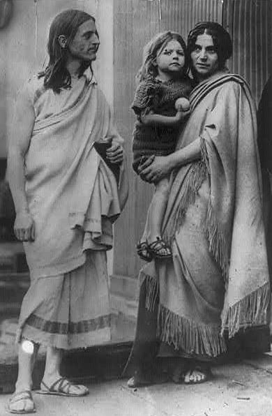 Der amerikanische Dichter, Philosoph und Tänzer Raymond Duncan (1874-1966) mit seiner Frau Penelope Sikelianos und ihrem Sohn Menalkas