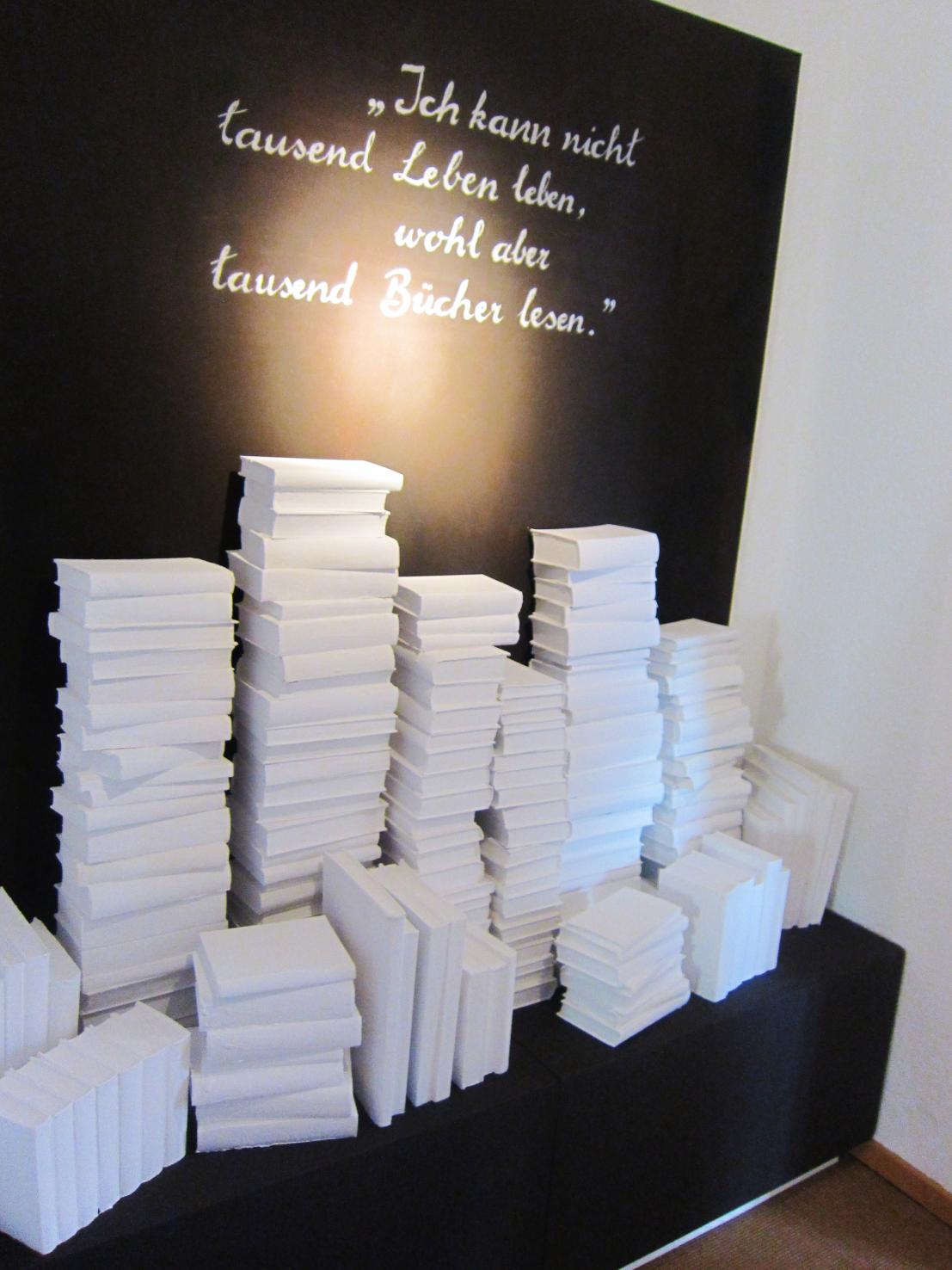 Installation im Museum mit Zitat von Bowien in Hommage an die Tausende von Büchern umfassende Sammlung von Bowien