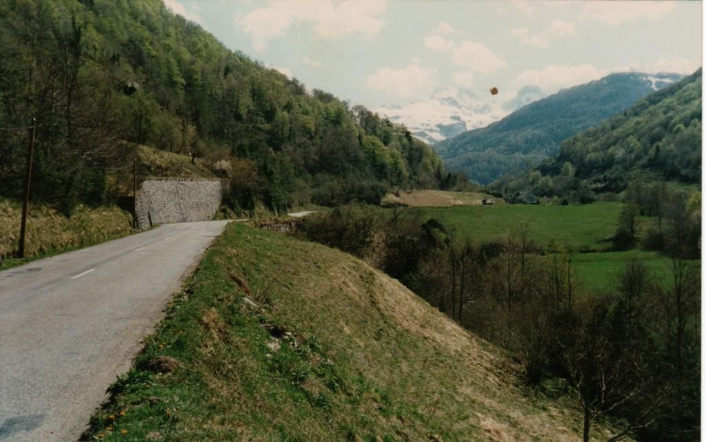 rail et route s'entrecroisent sous le Peillou
