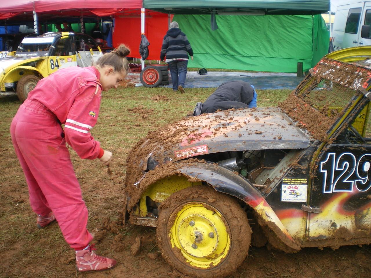 une femme pilote: dans la boue