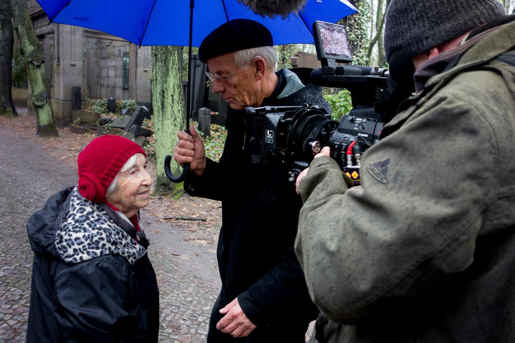 Esther Bejarano und Rolf Becker bei Dreharbeiten auf dem jüdischen Friedhof Weissensee in Berlin