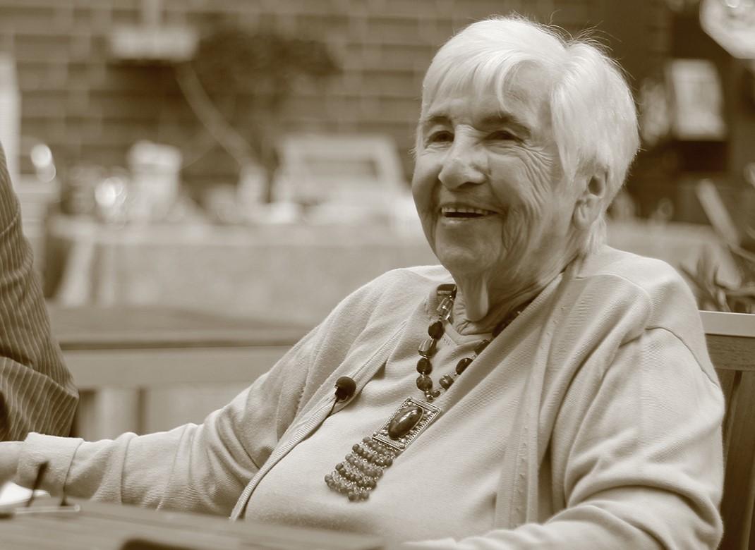 """Esther Bejarano bei den Filmarbeiten """"Mut zum Leben - Die Botschaft der Überlebenden von Auschwitz"""""""