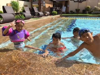 南国の太陽のもと:プール遊びは毎日の日課