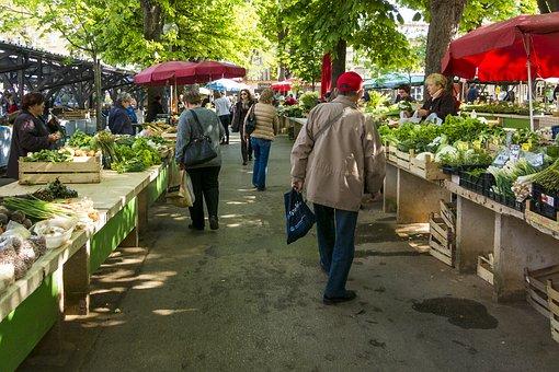 Wochenmarkt mit frischen Salat