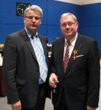 Axel Knoerig MdB gratuliert Jochen-Konrad Fromme im Anschluss an die Aushändigung der Ordensinsignien durch den Bundespräsidenten