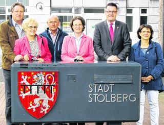Ina Scharrenbach (Mitte) traf sich mit Bürgermeister Tim Grüttemeier (2. v. r.), und anderen Unionspolitikern aus der Kupferstadt zum Meinungsaustausch und ließ sich anschließend von Stadtführer Peter Sieprath (3. v. l.) die Altstadt zeigen Foto: C. Hahn
