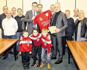 Die Vereinsvertreter erhielten den Bewilligungsbescheid von Bürgermeister Dr. Tim Grüttemeier. Foto: Dirk Müller