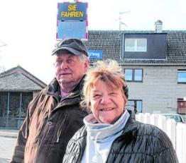 Hoffen, dass die Geschwindigkeitstafel Wirkung zeigt: Rita Felden und Adolf Konrads. Foto: Sonja Essers