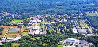 Nachdem die Donnerberg-Kaserne in Stolberg nur noch von Berufssoldaten genutzt wird, stehen womöglich größere Gebäudekomplexe leer. Sie könnten für die vorübergehende Unterbringung von Flüchtlingen genutzt werden, regt Bürgermeister Grüttemeier an.